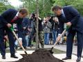 А на том берегу. Янукович посадил дерево на Русановской набережной