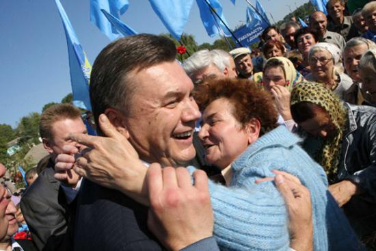 """Янукович попытается """"уложить в постель"""" электорат"""