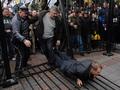 Полный вперед. Протестующие чернобыльцы снова сломали забор перед Радой