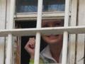 Улыбается и машет. Тимошенко выглянула из окна СИЗО