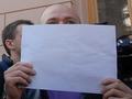 Белым по белому. Журналисты пикетировали комитеты Рады с чистыми листами