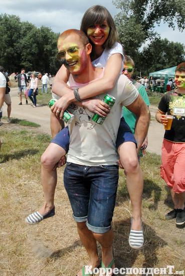 Вогнали в краску. В Киеве прошел индийский фестиваль Холи