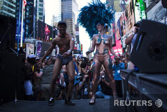 Стриптиз на Таймc-сквер. Как в Нью-Йорке отметили День нижнего белья