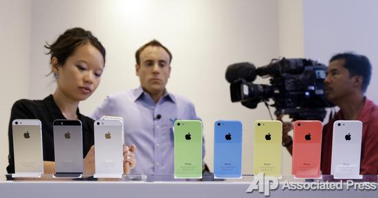 Слева - iPhone 5s, справа - iPhone 5с