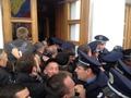 Взять живым. Жители Полтавы штурмовали городскую мэрию