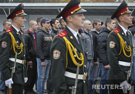 За ними - контракт. Последние украинские призывники отправились в армию