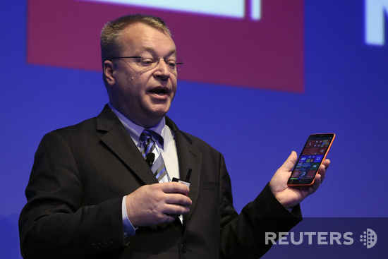 Стивен Элоп со смартфоном Lumia 1320