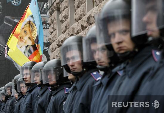 Оппозиции вход воспрещен. Милиция не пустила Кличко, Яценюка и Тягнибока на заседание Киевсовета