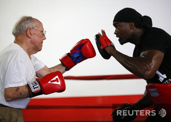В бокс идут одни старики. Необычная терапия для пациентов с болезнью Паркинсона