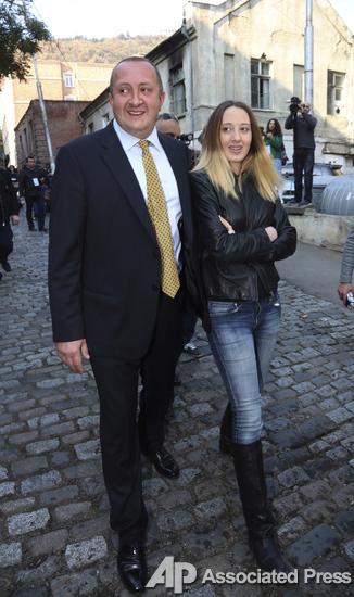 Георгий Маргвелашвили ходил голосовать с дочерью