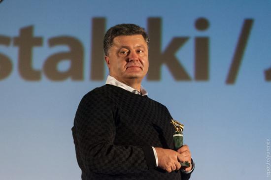 """Порошенко держит в руках Скифского оленя. Фото <a href=""""http://repor.to/"""" target=""""_blank"""">Repor.to</a>"""