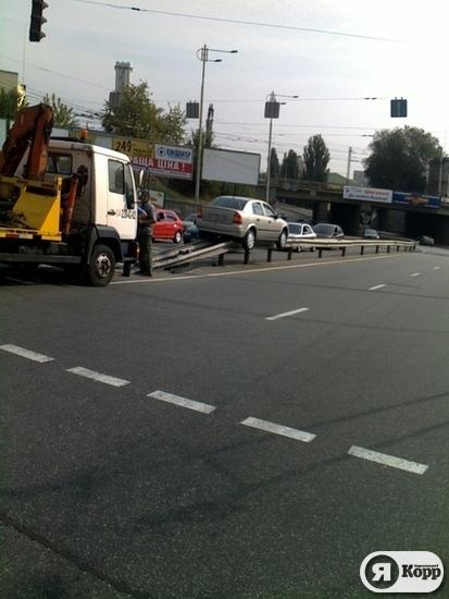 24UA: На улице Киева автомомобиль вылетел на отбойник и застрял.